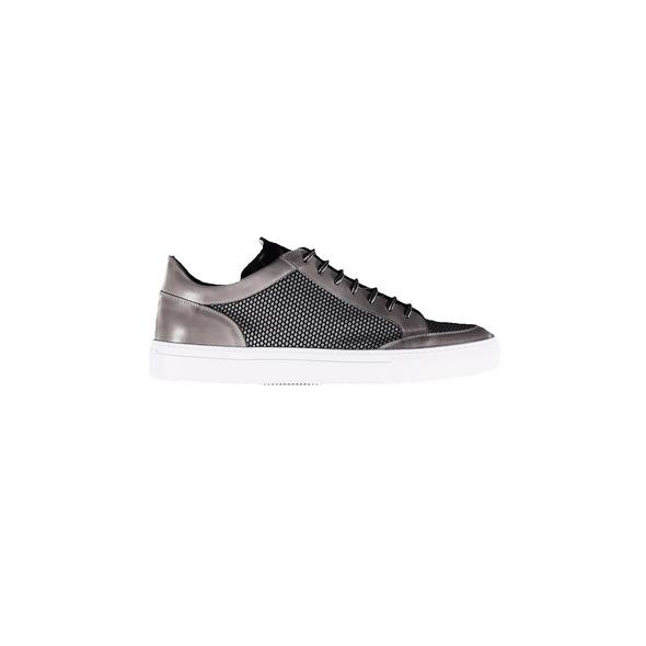 Sneaker im angesagten Materialmix